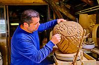 France, Pyrénées-Atlantiques (64), Pays Basque, Biarritz, le céramiste Joël Cazaux // France, Pyrénées-Atlantiques (64), Basque Country, Biarritz, the ceramist Joël Cazaux