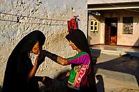 Inde, Gujarat, Kutch, village des environs de Bhuj, population Rabari, retrouvailles // India, Gujarat, Kutch, village around Bhuj, Rabari ethnic group, reunion