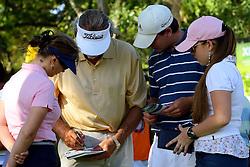 Conferirindo a pontuação de jogo no XIII Aberto do Belém Novo Golf Club.  FOTO: Itamar Aguiar/Preview.com