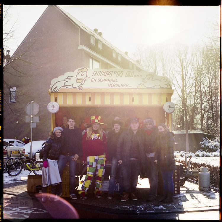 Carnavalsvierders staan bij een kraam waar het voor De Liemers traditionele brood met gebakken ei wordt gemaakt. In Zevenaar, dat gelegen is in De Liemers, wordt volop carnaval gevierd, onder andere met een optocht. De plaats wordt tijdens carnaval omgedoopt tot Boemelburcht. <br /> <br /> The carnival parade in Zevenaar. Zevenaar is located in De Liemers, a district in the eastern part of the Netherlands. During carnival Zevenaar is called Boemelburcht.