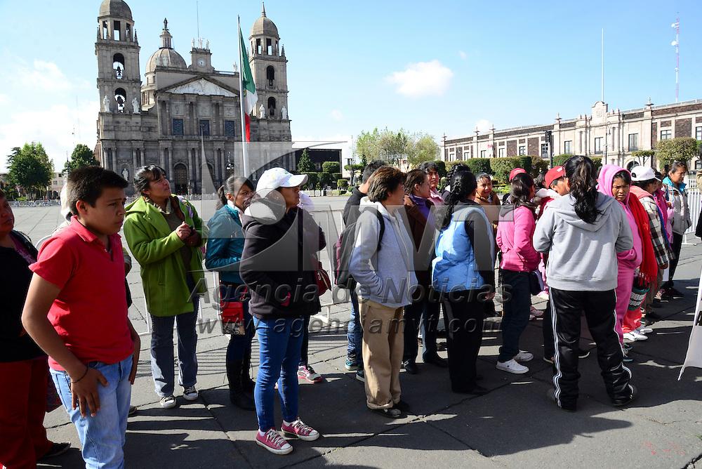 Toluca, Méx.- Padres de familia de Chapa de Mota se manifestaron frente a Palacio de Gobierno en protesta porque llevan 15 meses sin docentes para cinco materias, lo que afecta a los estudiantes en su rendimiento escolar. Agencia MVT / Crisanta Espinosa