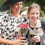 NLD/Utrecht/20190905 - Maxima bij 40 jaar bestaan De Kindertelefoon, Koningin Maxima met een fan die bloemen aanbiedt