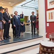NLD/Utrecht/20161003 - Maxima en Willem-Alexander openen tentoonstelling ' Mapping Australia' , Koning Willem-Alexander en Koningin Maxima bekijken de tentoonstelling