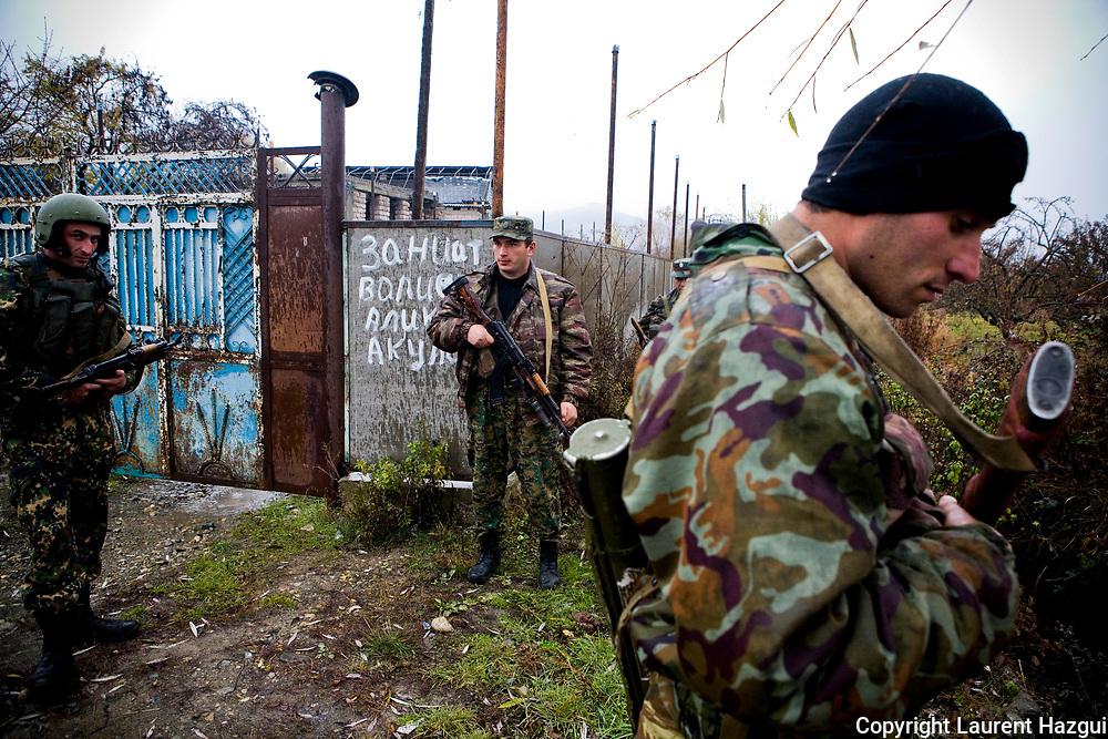 Novembre 2008. Ossétie du sud. Village géorgien de Ksuisi à 2 km de la frontière avec la Géorgie. Forces spéciales Omon en patrouille suite à une embuscade entre géorgiens et ossètes.