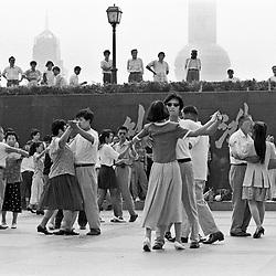 "Shanghai. Juni 1995. TIL ARKIV.<br /> Kinesere danser klassisk dans ved ""The Bund"" i Shanghai.<br /> FOTO: THOMAS SØNDERGAARD"