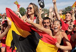 12.07.2010, Madrid, Spanien, ESP, FIFA WM 2010, Empfang des Weltmeisters in Madrid, im Bild Spanische Fans feiern mit ihrer Mannschaft, EXPA Pictures © 2010, PhotoCredit: EXPA/ Alterphotos/ Acero / SPORTIDA PHOTO AGENCY