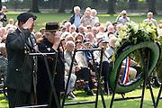 Een veteraan en inwoner van Bronbeek legt samen met de commandant van Bronbeek een krans. In Arnhem worden op het landgoed van Het Koninklijk Tehuis voor Oud-Militairen en Museum Bronbeek de slachtoffers van de Birma Siam en de Pakanbaru spoorlijnen herdacht. Bij de aanleg van deze twee 'dodenspoorwegen' tijdens de Tweede Wereldoorlog zijn veel slachtoffers gevallen onder de dwangarbeiders die door de Japanse bezetter tewerk zijn gesteld.<br /> <br /> In Arnhem at the property of The Royal Home for Former Soldiers and Museum Bronbeek the victims of Burma and Siam railway Pakanbaru are commemorated. In the construction of these two 'dead railways' during World War II, many casualties among the convicts who are employed by the Japanese are made.
