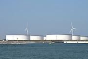 Maasvlakte 2 (in volksmond ook: Tweede Maasvlakte) is de benaming voor het uitbreidingsproject van de Rotterdamse haven dat is gelegen ten westen van de (eerste) Maasvlakte. Het nieuwe havengebied is in opdracht van het Havenbedrijf Rotterdam gefaseerd aangelegd. <br /> <br /> Op de foto;Maasvlakte Olie Terminal