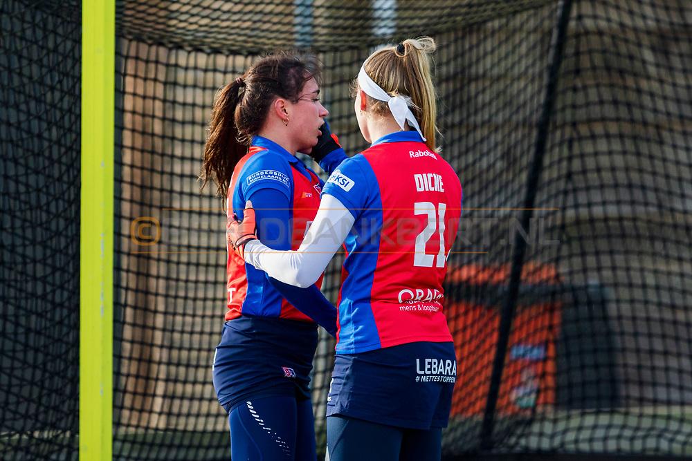 BILTHOVEN -  Hoofdklasse competitiewedstrijd dames, SCHC v hdm, seizoen 2020-2021.<br /> Foto: Ginella Zerbo (SCHC) gevloerd, Pien Dicke (SCHC) steunt haar