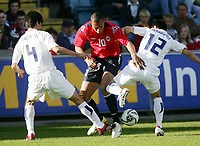 Fotball , 01. juni 2006 , Privatkamp , Norge - Sør-Korea<br /> John Carew, Norge mot Jin-Cheul Choi (4) og Young-Pyo Lee , Sør- Korea