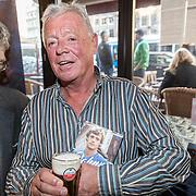 NLD/Amsterdam/20161125 - Boekpresentatie Johnny Rep Biografie, Johnny Rep met boek en biertje en schrijver Mark van den Heuvel