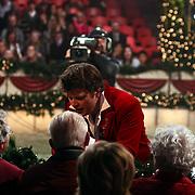 NLD/Den Bosch/20081119 - Opname Kerststerrencircus 2008, Beau van Erven Dorens maakt excuses aan de oma van Lieke van lexmond na vernielen van een camera met een bal