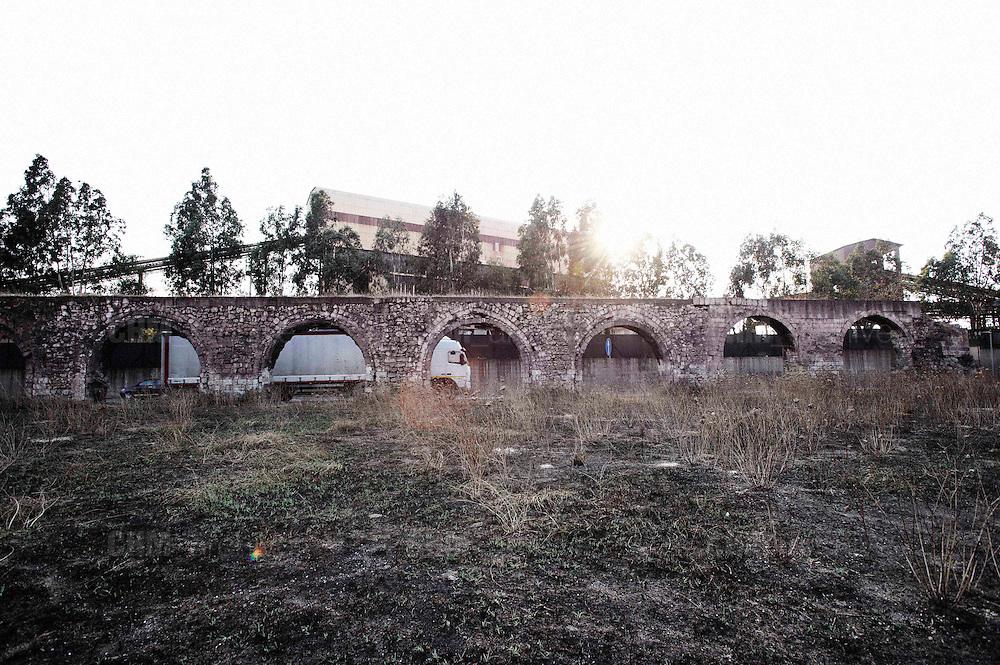 L'antico acquedotto romano annerito dalle polveri di minerale. Christian Mantuano/OneShot