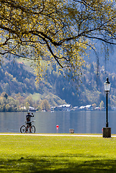 THEMENBILD - ein Radfahrer macht ein Erinnerungsfoto am Ufer des Zeller Sees, aufgenommen am 30. April 2016, am Zeller See, Zell am See, Oesterreich // a cyclist makes a souvenir photo on the banks of Lake Zell, Zell am See, Austria on 2016/04/30. EXPA Pictures © 2016, PhotoCredit: EXPA/ JFK