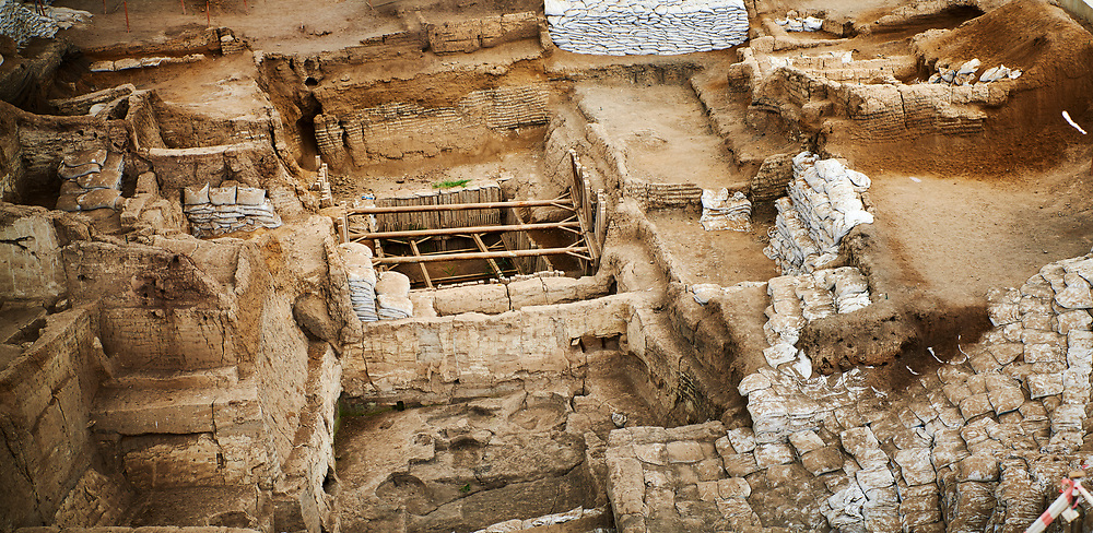 looking down from the highest point of the south area across the Neolithic remains of mud brick houses walls. In the centre it can be seen how deep the excavation has gone so far. 7500 BC to 5700 BC. Catalyhoyuk Archaeological Site, Çumra, Konya, Turkey .<br /> <br /> If you prefer to buy from our ALAMY PHOTO LIBRARY  Collection visit : https://www.alamy.com/portfolio/paul-williams-funkystock/catalhoyuk-site-turkey.html<br /> <br /> Visit our TURKEY PHOTO COLLECTIONS for more photos to download or buy as wall art prints https://funkystock.photoshelter.com/gallery-collection/3f-Pictures-of-Turkey-Turkey-Photos-Images-Fotos/C0000U.hJWkZxAbg