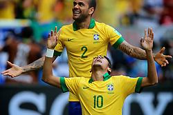 Neymar Jr.  comemora com Daniel Alves após marcar gol durante a partida contra o Japão, válida pela primeira rodada da Copa das Confederações, no Estádio Nacional Mané Garrincha, em Brasília. FOTO: Jefferson Bernardes/Preview.com