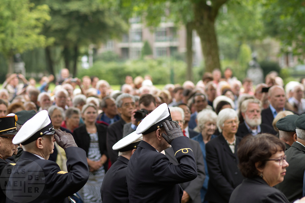 Mensen staan om een minuut stilte in acht te nemen. In Arnhem worden op het landgoed van Het Koninklijk Tehuis voor Oud-Militairen en Museum Bronbeek de slachtoffers van de Birma Siam en de Pakanbaru spoorlijnen herdacht. Bij de aanleg van deze twee 'dodenspoorwegen' tijdens de Tweede Wereldoorlog zijn veel slachtoffers gevallen onder de dwangarbeiders die door de Japanse bezetter tewerk zijn gesteld.<br /> <br /> In Arnhem at the property of The Royal Home for Former Soldiers and Museum Bronbeek the victims of Burma and Siam railway Pakanbaru are commemorated. In the construction of these two 'dead railways' during World War II, many casualties among the convicts who are employed by the Japanese are made.