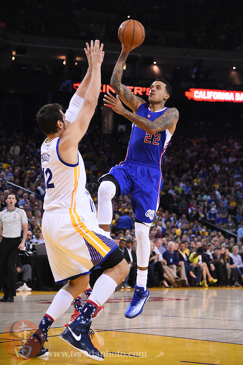 November 5, 2014; Oakland, CA, USA; Los Angeles Clippers forward Matt Barnes (22) shoots the basketball against Golden State Warriors center Andrew Bogut (12) during the second quarter at Oracle Arena.