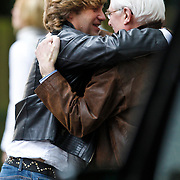 NLD/Hilversum/20101002 - Opname bij school in Hilversum van de Goische Vrouwen film, Peter Paul Muller begroet een vriend