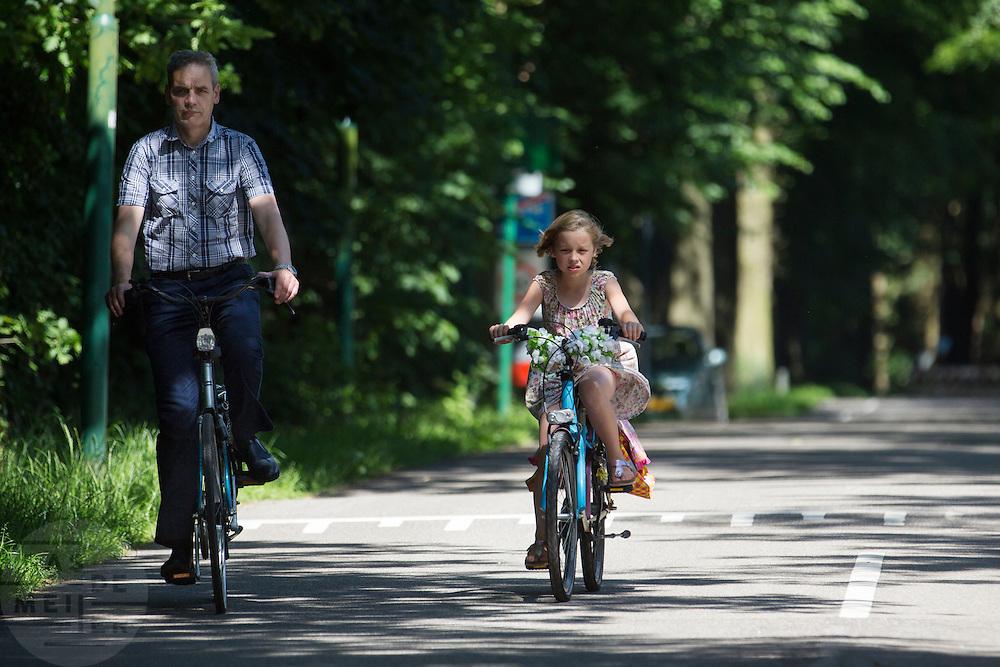 In Lage Vuursche fietst een vader met zijn dochtertje.<br /> <br /> In Lage Vuursche a father cycles with his daughter.