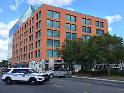 November 1, 2018 - Miami, FL, USA - Hasta el momento un escuadrón de bombas de la Policía de Miami está investigando el paquete que se cree ha permanecido en el edificio durante varios días. (Credit Image: © Carl Juste/Miami Herald/TNS via ZUMA Wire)