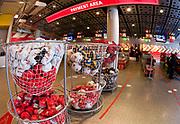 Londyn 2009-03-06. Emirates Stadium, oficjalny sklep klubu – The Armoury, gdzie można nabyć oficjalne repliki strojów klubowych i wszelkie gadżety z logotypem i barwami Arsenalu.