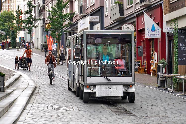Nederland, Nijmegen, 17-7-2020 Het treintje op zonne-energie van de stichting Soios rijdt in de zomer vanuit millingen aan de rijn via de millingerwaard, ooijpolder en de stuwwal bij Beek naar de binnenstad van Nijmegen . Het wordt vooral gebruikt door oudere dagjesmensen.Foto: ANP/ Hollandse Hoogte/ Flip Franssen