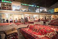 Iran, Tabriz, 23.08.2016: Teppichhändler auf dem Basar in Tabriz, Provinz Ost-Aserbaidschan, Nordwest-Iran.