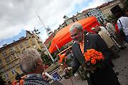 Doc. Ing. Jiri Havel - Kandidat der CSSD (Sozialdemokratische Partei Tschechiens) für die EU Wahlen verteilt Blumen während dem Wahlkampfauftritt zur Europawahl der Oppositionspartei CSSD in Tschechien im Prager Stadtteil Vinohrady. Prag, Tschechische Republik, den 27.05.2009, Foto: Björn Steinz
