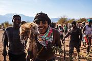 Un grupo de judíos recorren el pueblo pidiendo dinero para comprar café, azúcar, cigarros, soga y otras cosas que se requieran durante el transcurso de la fiesta, utilizan un tejón disecado para espantar a las personas que no quieren cooperar en Huaynamota, Nayarit.