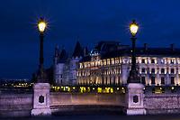 France, Paris (75), les rives de la Seine, classées Patrimoine Mondial de l'UNESCO, pont Neuf et la Conciergerie // France, Paris, Seine river bank, Pont Neuf bridge and Conciergerie
