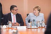 31 AUG 2016, BERLIN/GERMANY:<br /> Sigmar Gabriel (R), SPD, Bundeswirtschaftsminister, und Angela Merkel (L), CDU, Bundeskanzlerin, im Gespraech, vor Beginn der Kabinettsitzung, Bundeskanzleramt<br /> IMAGE: 20160831-01-027<br /> KEYWORDS: Kabinett, Sitzung, Gespräch, freundlich