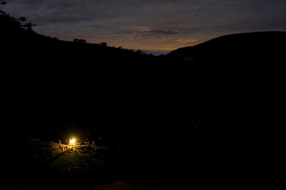 Santos Dumont_MG, Brasil...Eletrificacao rural em Santos Dumont. Na foto, casa de uma zona rural iluminada...The rural electrification in Santos Dumont. In this photo a  house lighting in the rural landscape at night...Foto: LEO DRUMOND / NITRO..