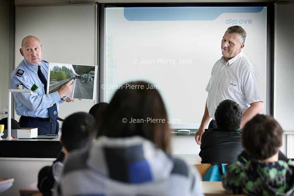 Nederland, Amsterdam , 22 juni 2011..GVB geeft geeft voorlichting aan jongeren van Montessori Scholengemeenschap  aan de Polderweg omtrent veiligheid bij het Openbaar vervoer. Ook wordt ingegaan op vernielingen aan en in bussen trams metro en treinen..Foto:Jean-Pierre Jans