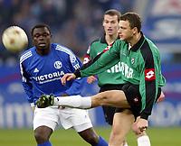 Fotball<br /> Bundesliga 2003/04<br /> Schalke 04 v Borussia Mönchengladbach<br /> 7. desember 2003<br /> Foto: Digitalsport<br /> NORWAY ONLY<br /> <br /> Gerald ASAMOAH, Schalke, Sladan ASANIN, Gladbach