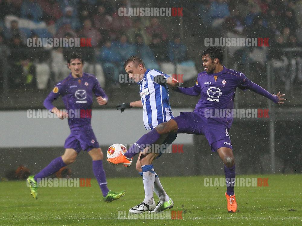 Martin Pusic (Esbjerg) og Marvin Compper (Fiorentina) kæmper om bolden.