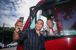O campeão mundial do UFC, Fabricio Werdum posa para fotos com motorista de táxi lotação no Morro Santa Tereza, em Porto Alegre.  FOTO: Jefferson Bernardes/ Agência Preview