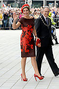 Koningin Maxima opent Markthal Rotterdam, de eerste overdekte versmarkthal in Nederland geïnspireerd op versmarkten elders in Europa.<br /> <br /> Queen Maxima opens in Rotterdam The Market Hall, the first covered market hall  in the Netherland inspired on other markets elsewhere in Europe.<br /> <br /> op de foto / On the photo:  Aankomst Koningin Maxima / Arrival Queen Maxima