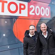 NLD/Woerden/20191201 - Start Stemweek Top 2000, NPO Radio 2 djs Wouter van der Goes en Frank van 't Hof poseren voor de stembus