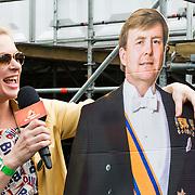NLD/Breda/20140426 - Radio 538 Koningsdag, Sandra van Nieuwland met bord van Koning Willem Alxander
