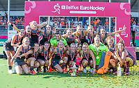 ANTWERPEN - Europees kampioen. bovenste rij: Xan de Waard (Ned) , Eva de Goede (Ned), Margot Van Geffen (Ned) , Marloes Keetels (Ned) ,keeper Josine Koning (Ned) , Marijn Veen (Ned) , Sanne Koolen (Ned) , Laura Nunnink (Ned) , Malou Pheninckx (Ned) .<br /> onder vlnr Caia Van Maasakker (Ned) , Kelly Jonker (Ned) , Lidewij Welten (Ned) , Lauren Stam (Ned) , Ireen van den Assem (Ned) ,Xan de Waard (Ned),  Laurien Leurink (Ned) , goalkeeper Anne Veenendaal (Ned) , Maria Verschoor (Ned) en Frederique Matla (Ned) .   Het Nederlands team na de winst   na   de   finale  dames  Nederland-Duitsland  (2-0) bij het Europees kampioenschap hockey.    COPYRIGHT  KOEN SUYK