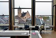 Nederland, Arnhem, 28-5-2014 Het gebouw De Rozet in het centrum van de stad heeft de prijs van de BNA gewonnen. Verschillende culturele en educatieve instellingen zijn hierin gevestigd zoals de Openbare Bibliotheek, Kunstbedrijf Arnhem, de Volksuniversiteit en To Art Kunstuitleen. Ontwerp van Neutelings Riedijk Architecten. In het interieur veel vitrines, en lichtbakken die de identiteit en geschiedenis van de stad laten zien. In de bibliotheek is een glijbaan.Foto: Flip Franssen/Hollandse Hoogte