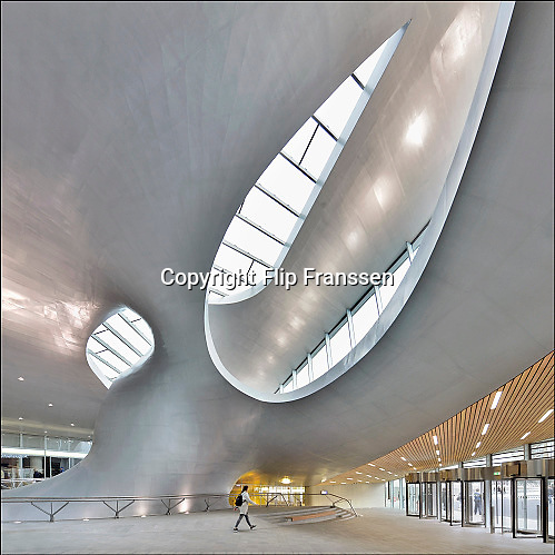 Nederland, the Netherlands, Arnhem, 4-11-2016Het nieuwe station van de gelderse hoofdstad wordt binnenkort officieel geopend. De ov terminal met parkeergarage en fietsenstalling is klaar. De ingewikkelde architectuur heeft het bouwproject veel problemen en vertraging opgeleverd. Het is dan ook een architectonisch en bouwkundig hoogstandje. Het ontwerp voor het station is gedaan door architectenbureau UNStudio, Ben van Berkel.  Uiteindelijk heeft de bouw 18 jaar en 90 miljoen euro, veel meer als aanvankelijk begroot, gekost. Meteen deden zich al enkele valpartijen voor op een van de onregelmatige trappen, zodat een opgang tijdelijk afgesloten werd totdat er duidelijke trapmarkering is aangebracht...FOTO: FLIP FRANSSEN/ HH