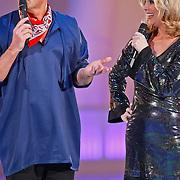 NLD/Hilversum/20110204 - 2e Liveshow Sterren Dansen op het IJs 2011, Gerard Joling en Nance Coolen in boerenkil
