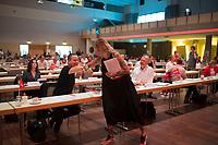 """DEU, Deutschland, Germany, Berlin, 22.08.2020: Dr. Klaus Lederer (Die Linke), Senator für Kultur und Europa des Landes Berlin, begrüßt Pamela Schobeß, Vorsitzende der Clubcommission Berlin und Betreiberin des """"Gretchen"""", beim Landesparteitag von DIE LINKE im Estrel Convention Center in Neukölln. Es ist der erste nicht-virtuelle Parteitag einer Partei in der Corona-Pandemie. Es gelten strikte Abstands- und Hygieneregeln sowie Maskenpflicht (ausser an den Plätzen), so sollen Ansteckungen mit dem Coronavirus vermieden werden."""