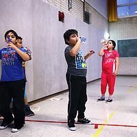 Nederland, Amsterdam , 19 november 2013.<br /> Het project Vet fitte kids, voor kinderen met overgewicht.<br /> De cursus wordt onder de begeleding van een fysiotherapeut gegeven aan de Amstelschool in Amsterdam Noord.<br /> Op de foto specifieke gymles<br /> Foto:Jean-Pierre Jans