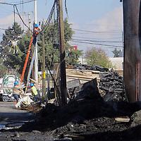 San Mateo Atenco, México (Diciembre 31, 2016).- Una fábrica dedicada a la producción de textiles fue consumida por un incendio, el cual alcanzó cuatro casas contiguas, en la esquina de Boulevard Aeropuerto casi Las Torres. Agencia MVT / Especial.