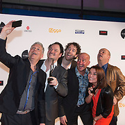 NLD/Amsterdam/20140303 - Uitreiking TV Beelden 2014, De Kwis winnaars Joep van Deudekom, Rob Urgert, Niels van der Laan, Jeroen Woe en Paul de Leeuw en Evi Hanssen maken een selfie