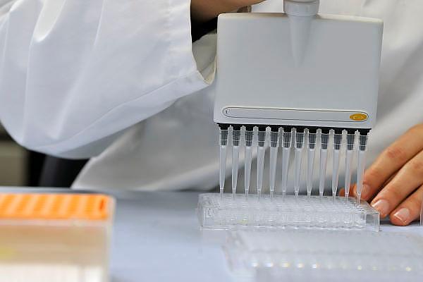 Nederland, Nijmegen, 19-1-2012Een laborant in een medisch laboratorium bezig met pipet en eppy. Wetenschappelijk onderzoek.Foto: Flip Franssen