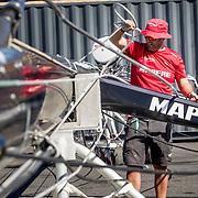 © Maria Muina I MAPFRE. The shore team hauling the boat out of the water for the refit in Cape Town. / El equipo de tierra trabajando en la barada del MAPFRE para su mantenimiento en Ciudad del Cabo.